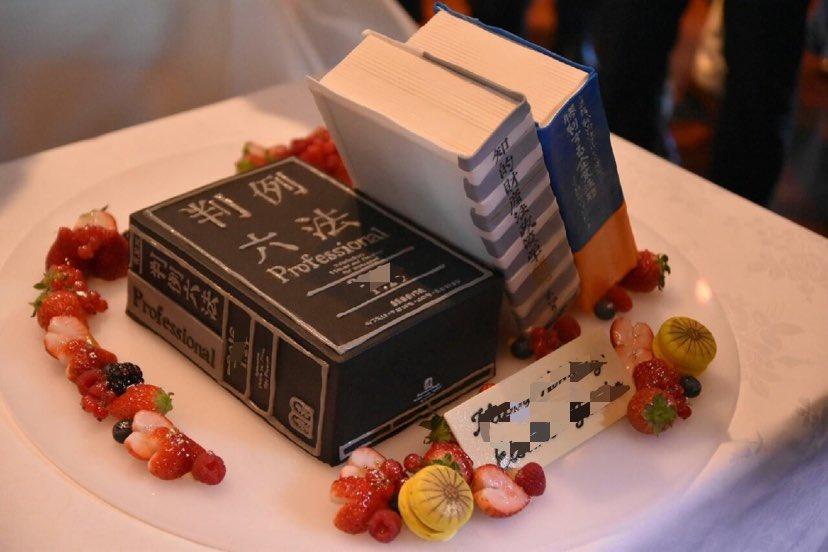 「六法」がウェディングケーキに化けた!? 友人の弁護士を祝福したケーキ職人渾身の1冊 新郎とは20年来のバンド仲間