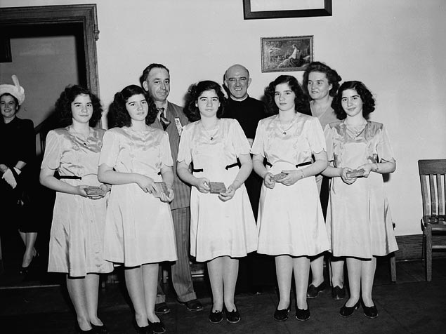 28 May 1934 The Dionne quintuplets (Yvonne, Annette, Cécile, Émilie, & Marie) are born near Callander, Ontario, the first quintuplets to survive to adulthood. More of their story https://en.wikipedia.org/wiki/Dionne_quintuplets… #InterestingFacts Happy Birthday @ehasselbeck @MichaelOher @MsGladysKnightpic.twitter.com/6R00yQA1Rq