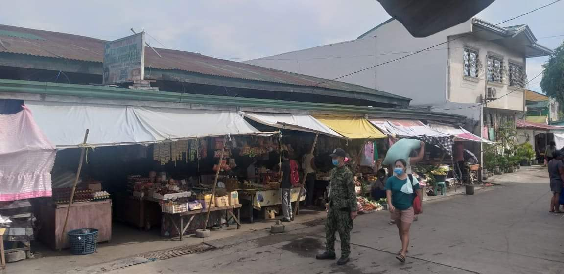 """Pulis niyo po kaagapay laban sa COVID-19"" Police Visibility at Lusacan Market along Maharlika Hi-way .May 25, 2020 #PNPKakampiMoLabanSaCOVID19 #TeamPNP #WeServeAndProtect #PNP4A #TeamCALABARZON #TatakManongEntengDanao #pleasestayathome #tiaongpuliscarespic.twitter.com/Uy3PhFxgP9"