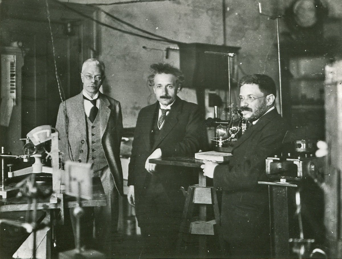 The man behind the 'Zeeman effect': Pieter Zeeman, born #OTD 1865, awarded the 1902 Nobel Prize in Physics for his research into the influence of magnetism upon radiation phenomena.   Photo: Albert Einstein and Paul Ehrenfest visiting Zeeman at his laboratory in Amsterdam, 1920s. https://t.co/RkdJULQhzB