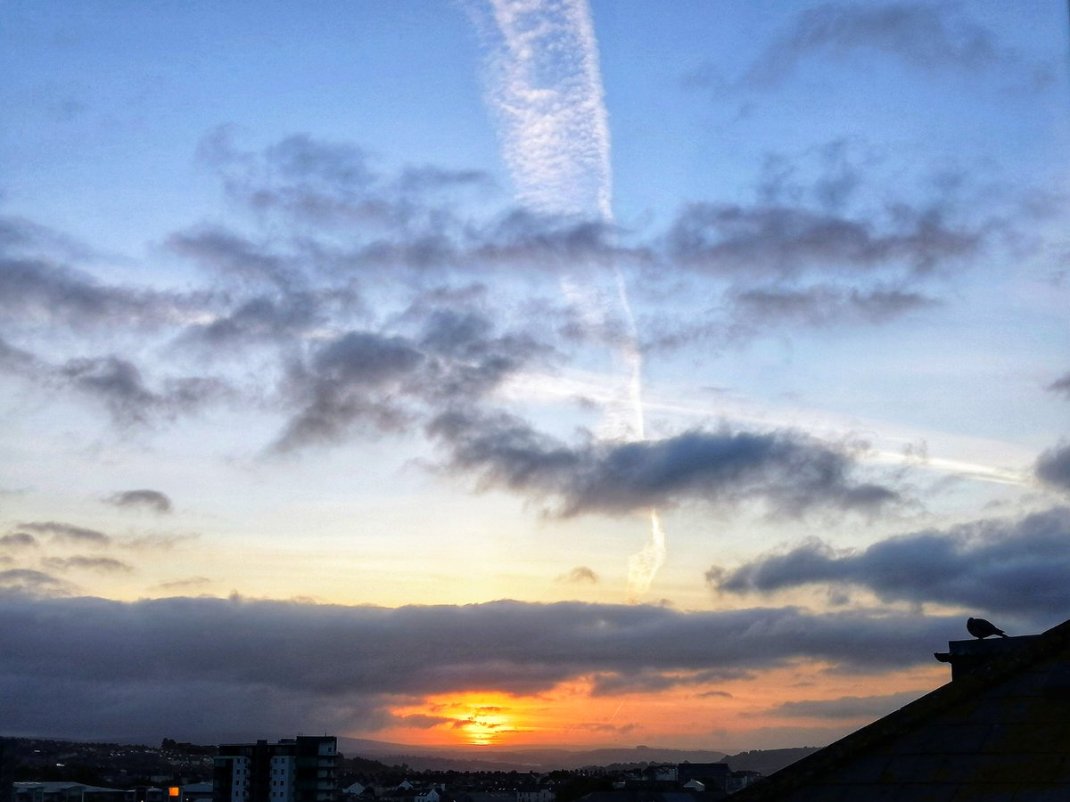 Good morning,  happy Bank Holiday Monday, being furloughed it doesn't really feel special but I hope it will be for us all  #BankHolidayWeekend #furlough #sunrise #sunshine #hope #skies #sunrise #StayAlertpic.twitter.com/nGpilkSazA