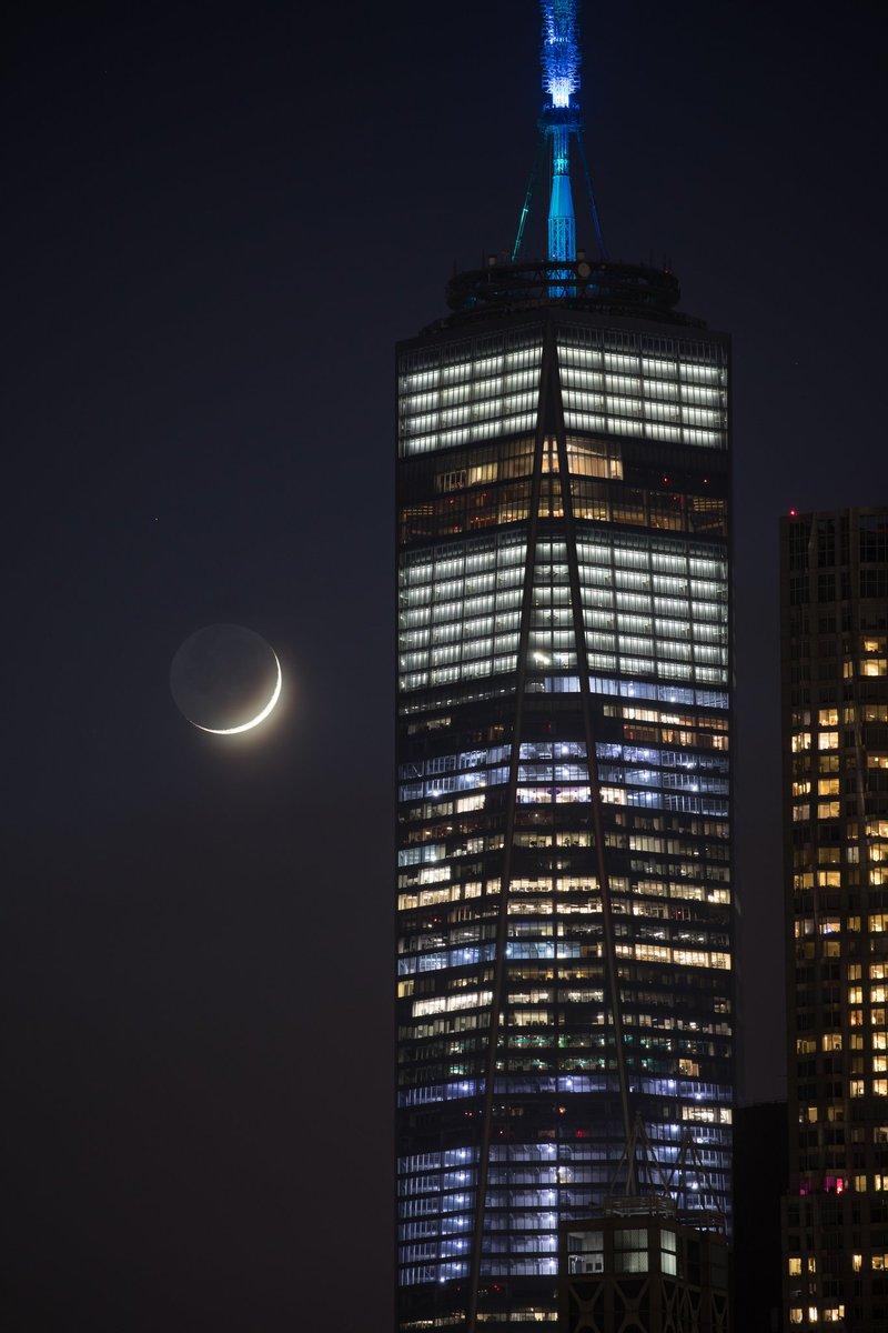 A crescent moon setting next to One World Trade #NYC pic.twitter.com/Qb2AbzGGQC