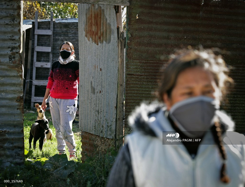 #Argentina Health workers conduct COVID tests in poor Buenos Aires neighbourhood pic.twitter.com/ZqzeTzCAEA