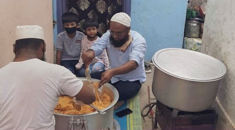 Syed Amjad and his family have been feeding 180 lorry drivers and cleaners in Sadashivapet, Telangana. It is so wonderful to see the common man doing incredible service in these challenging times. Hats off to Amjad and everyone who is doing their bit 🙏🏼 https://t.co/zdFqxTGG4d