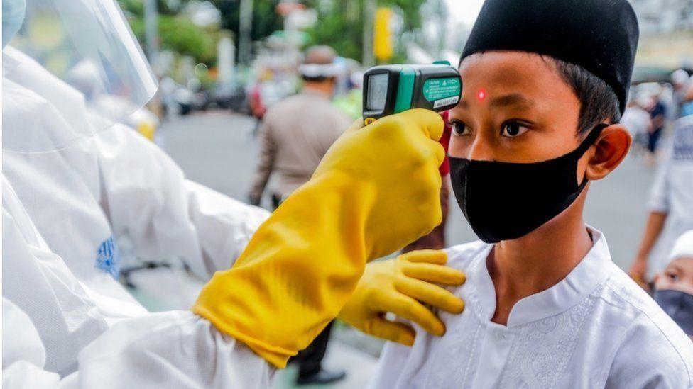 कोरोना लॉकडाउन के बीच दुनिया भर में ऐसे मनाई गई ईद https://t.co/EtKCpjsBvK (तस्वीर: EPA) https://t.co/gqEarNpH5D