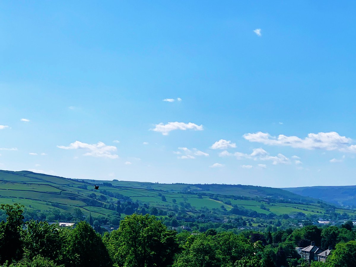 Good morning, a lovely day today in Skipton. Hope everyone has a good bank holiday Monday #landscapephotography pic.twitter.com/MNLI68ZR0P