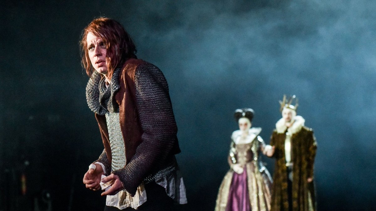 Mardi 26 mai: Richard III mis en scène par Regie Antú Romero Nunes (2016). Photo Krafft Angerer. https://www.thalia-theater.de/stueck/richard-iii--2016…pic.twitter.com/V0BehGYLwl