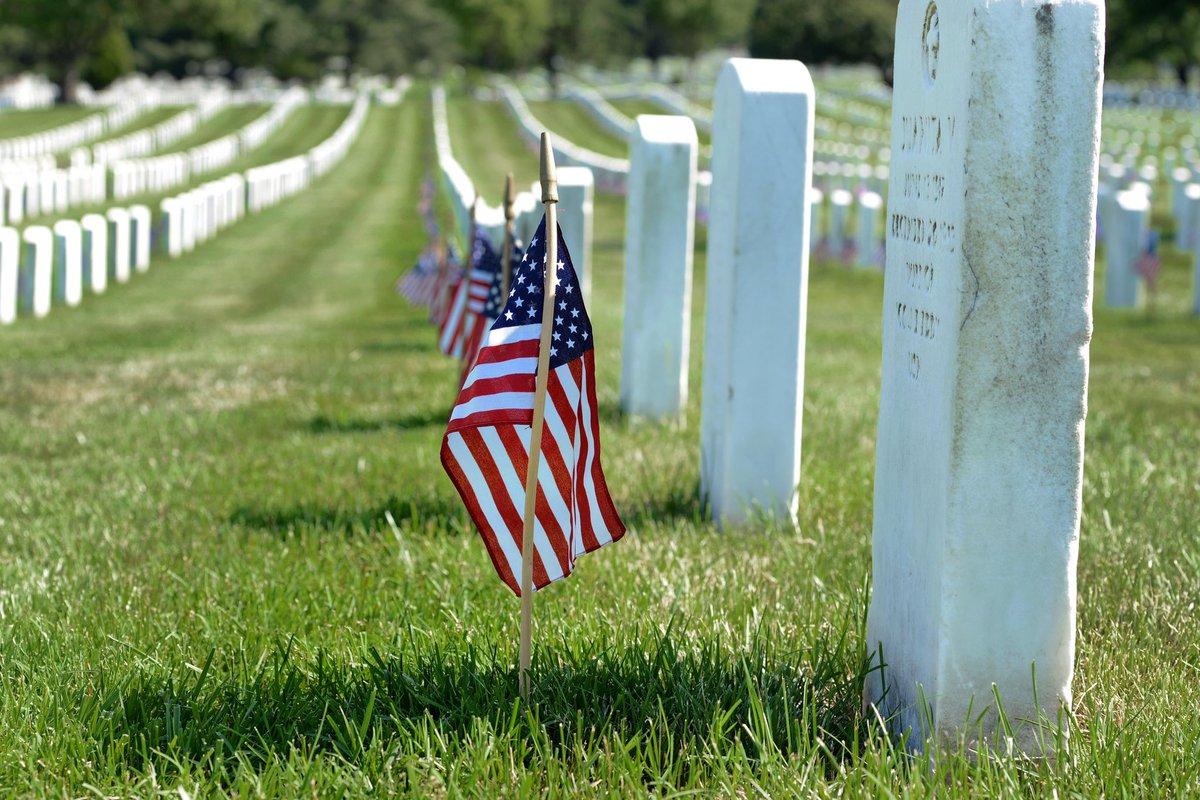 En el Día de la Conmemoración de los Caídos, recordamos a los valientes miembros del servicio que dieron sus vidas para mantenernos seguros y libres, y honramos a las familias y comunidades que dejaron atrás.