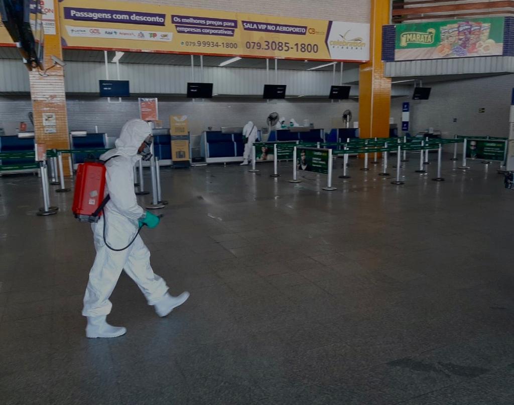Hoje pela manhã, o Aeroporto Internacional de #Aracaju - Santa Maria passou por uma grande ação de desinfecção feita por homens do Comando Conjunto das Forças Armadas de combate ao #covid19. Todas as áreas do terminal foram esterilizadas para oferecer ainda mais segurança pic.twitter.com/xD090LNdXJ