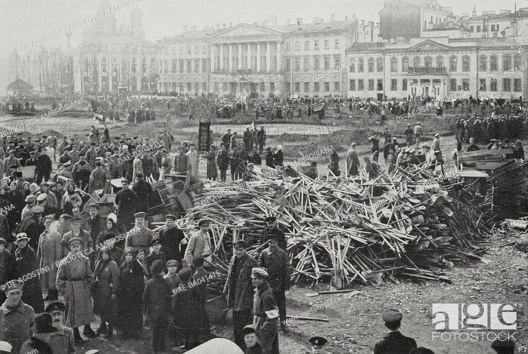 Conscripted workers returning their tools to a common pile after a day of manual labor, Petrograd, Bolshevik Russia.pic.twitter.com/JHtZBysLYD