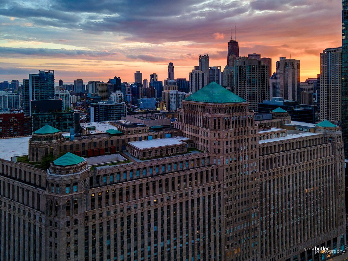 Monday at the Mart.  This morning's sunrise in Chicago.  #weather #news #ilwx #chicago #sunrisepic.twitter.com/e2vmuQpBny