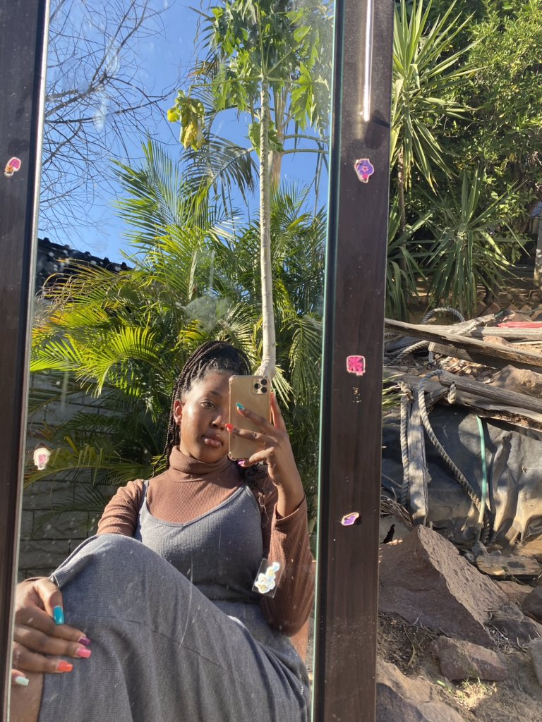 Decided to take my mirror outside and this is how the pictures turned out  #LockdownHouseParty  #prettygirls pic.twitter.com/fahujYFOLc