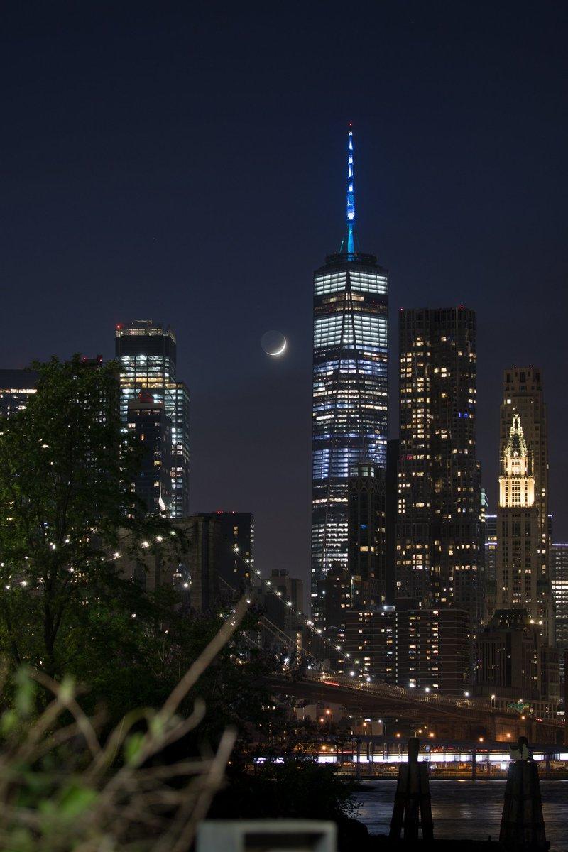 Last night's crescent moon setting over Lower Manhattan #NYC pic.twitter.com/2eaNxIBKBU