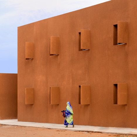 This is the Guelmim technology school in #Morocco. A stunning complex in the middle of the desert .  Another project made in #Africa.  Designed by Saad El Kabbaj, Driss Kettani and Mohamed Amine Siana. pic.twitter.com/Bw5wg3MXDL