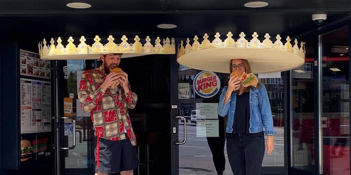 Burger King debuts 'social distance crowns' in Germany, as restaurants test quirky ways to keep customers apart https://buff.ly/2LOKDsrpic.twitter.com/dmE5helf5T
