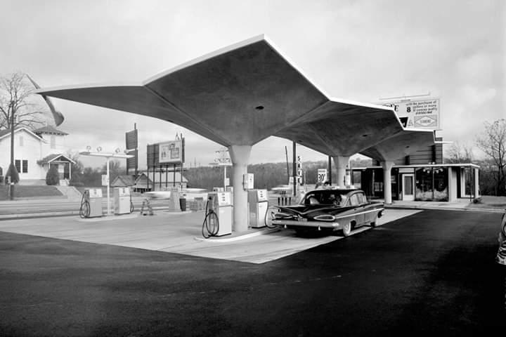 Diamond Service Station, Macon, Georgia; designed c. 1960 by architect Thomas Little... photo Pedro E. Guerrero, 1961. #architecture #arquitectura #ThomasLittle pic.twitter.com/vqQ9WCaFcn