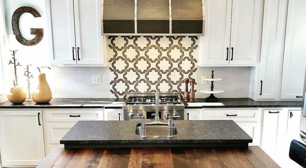 This sleek copper range hood with contrasting straps looks gorgeous in this modern country kitchen! We think pairing hoods like these with a patterned tile backsplash is always a good idea! #copper #rangehood #metalwork #kitchensofinstagram #interiordesi… https://instagr.am/p/CAnNsIuDyvw/pic.twitter.com/Zrkg1hmeLi