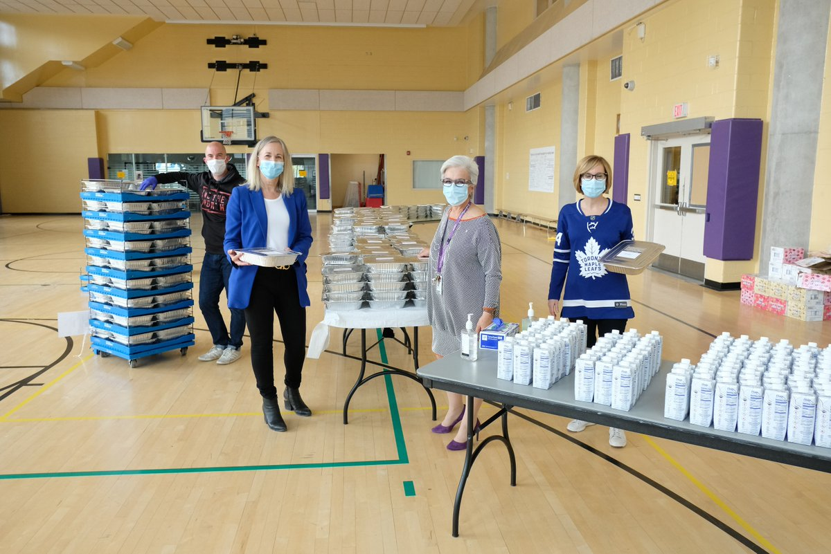 Thank you once again to our friends @MLSEPR & @Bell_LetsTalk for supporting the front line! Last Friday, they donated hundreds of meals to both Queen St & College St sites for our amazing front line health care staff. #ApartNotAlone #MentalHealthIsHealth https://t.co/a65lOX7J8L