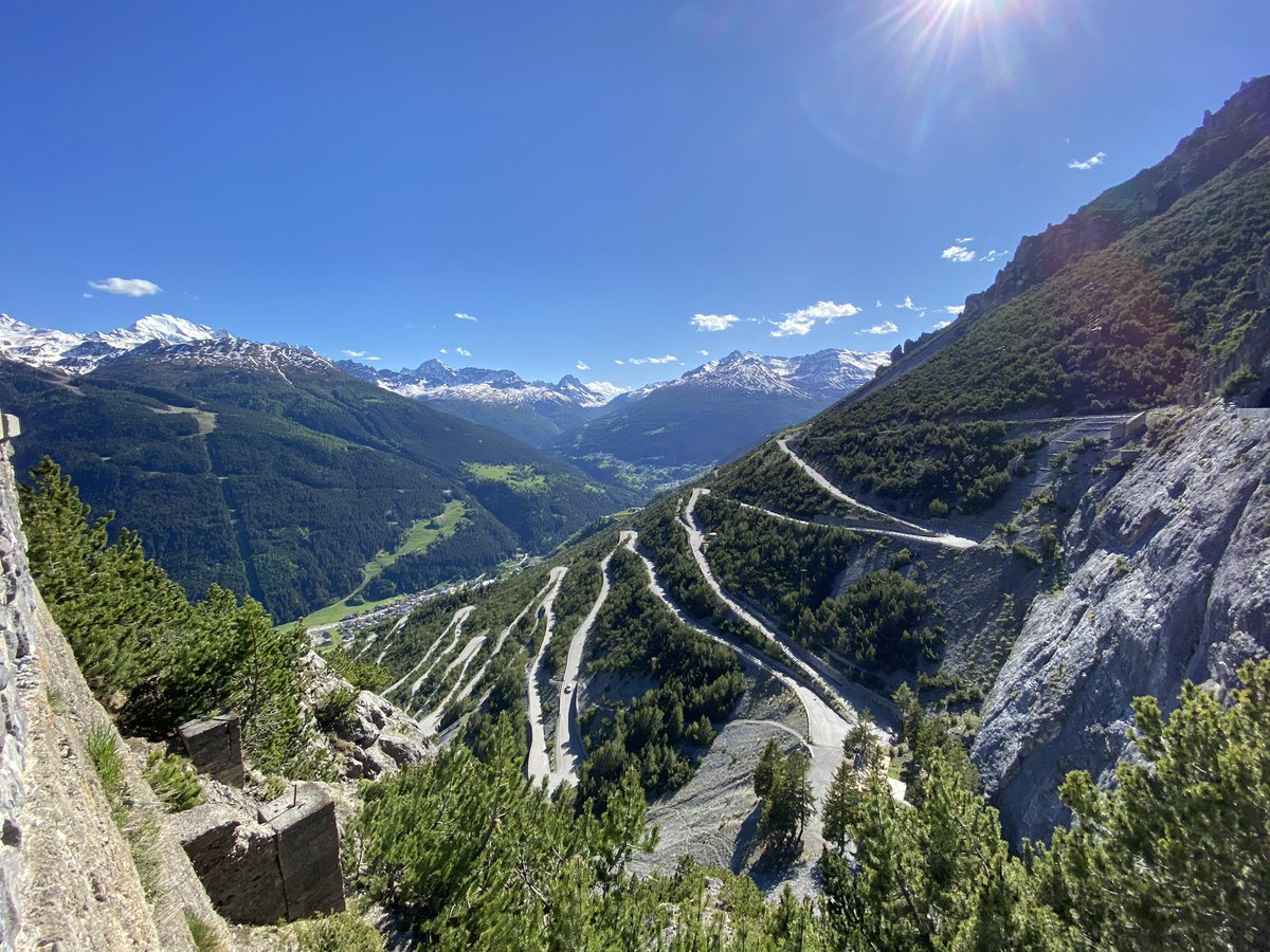 Hoy tuve la increíble suerte de trabajar desde algunos de los lugares más espectaculares de Italia  esta es la subida hacia el Lago di Cancano #sinfiltro pic.twitter.com/4Xi382g7St
