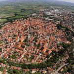 Image for the Tweet beginning: 壁に囲まれた街というと、ドイツのネルトリンゲンが有名だと思います。「進撃の巨人」の舞台としても知られていますね(ヘリ観光で上空撮影もできるようです)。  外の世界に興味を持つラッカ、何かわけありげな姉女房レキの今後が楽しみです! #灰羽連盟 #進撃の巨人