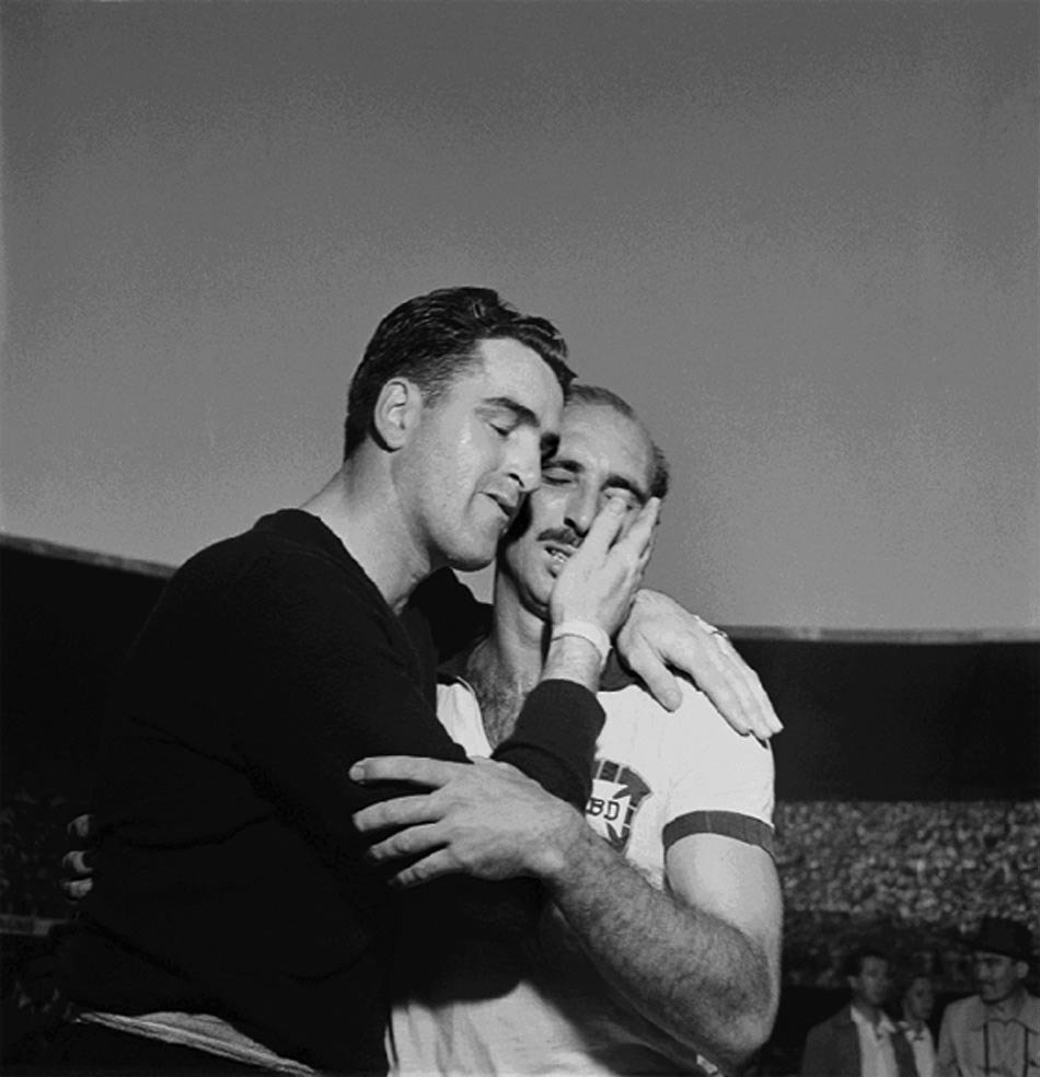 #Uruguay's goalkeeper Roque Máspoli consoles #Brazil's captain Augusto after Uruguay's 2-1 win in the final of the 1950 #WorldCup.pic.twitter.com/ZnoYzmtyeh
