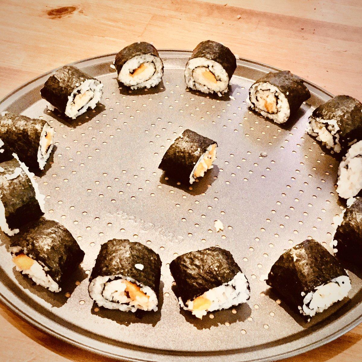 homemade sushi timeeee  #homemade #sushi #yummy pic.twitter.com/XS8YAaK8w0