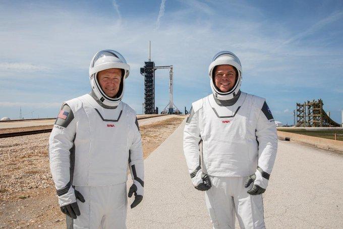 герои-астронавты Боб Бенекен и Даг Хёрли( он слева).
