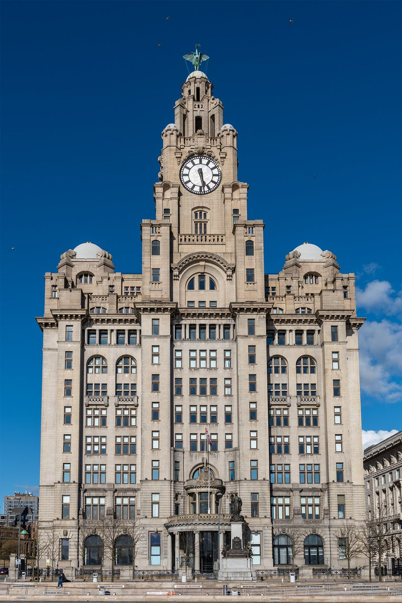Royal Liver Building, #Liverpool shining bright. pic.twitter.com/5i4PSRWM13