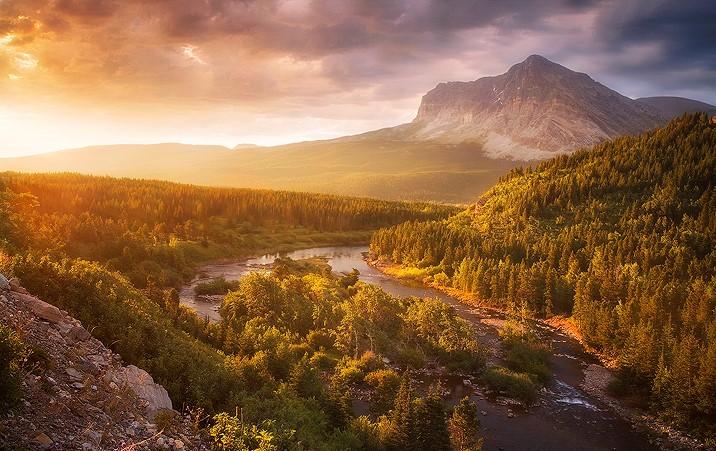 Light Through the Valley.    Glacier National Park, Montana - United States  #Landscape pic.twitter.com/KkHvEg3YwE