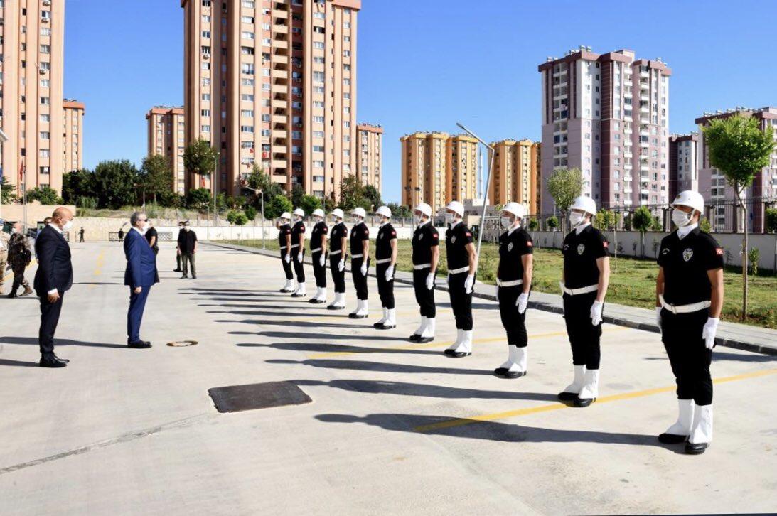 Özel Harekat, Çevik Kuvvet polislerimizle ve yol güzergahlarında görev yapan polis ve jandarmalarımızla bayramlaştık. https://t.co/aTDba0Kd2L