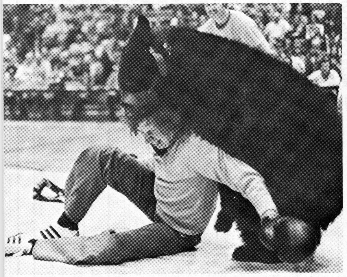 The Chicago Bulls started out struggling so much that they introduced Bear Wrestling at half time, and had their GM wrest a bear.  https://t.co/Chr7WjPUiT  #NBA #NBAtwitter #bullsnation https://t.co/08h7jaIucZ