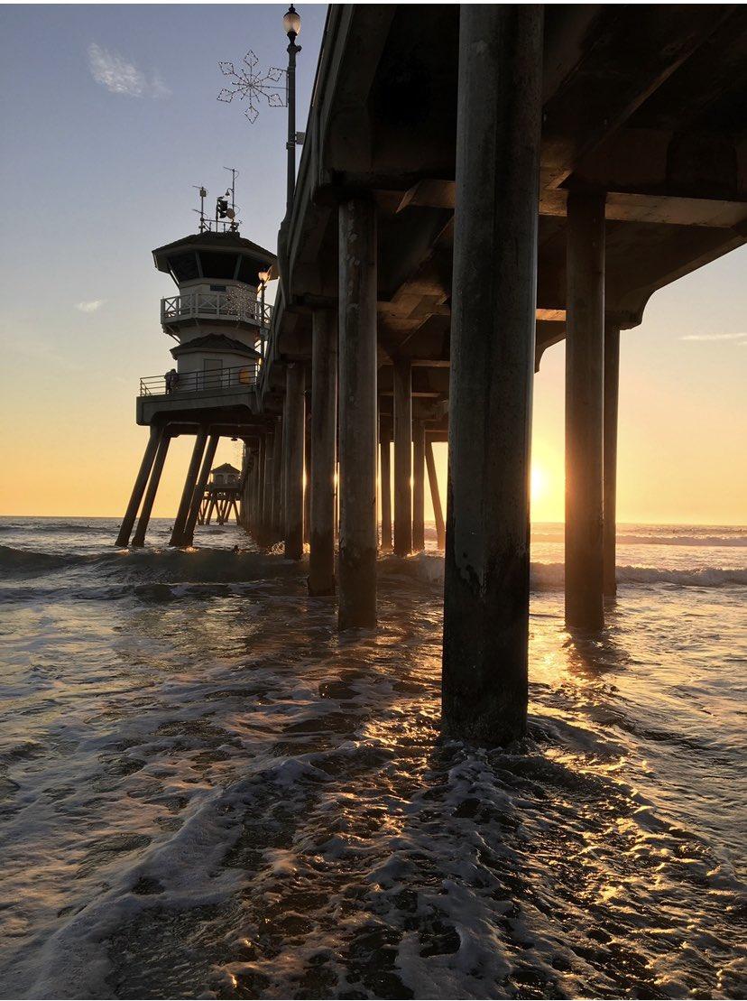 Ce soir pour le coucher de soleil je vous emmène en Californie Huntington Beach Pear près... d'Orange <br>http://pic.twitter.com/yJrlN9hxTI