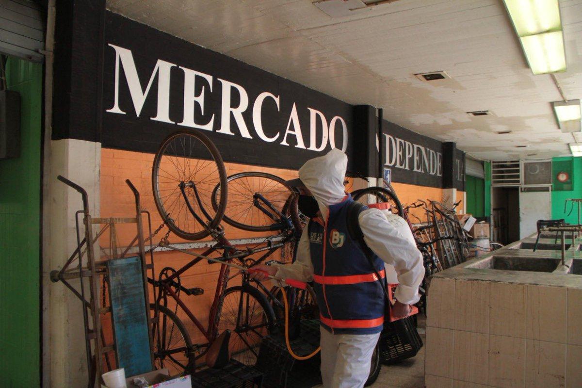 Con el objetivo de respaldar el #ConsumoLocal en #BenitoJuárez ante el #Covid_19, el Equipo de Proximidad #BlindarBJ de Servicios Urbanos limpió y desinfectó los mercados de Postal zona, Postal Anexo e Independencia.#EsTiempoDeCuidarnosTodospic.twitter.com/tXzhMIcoco