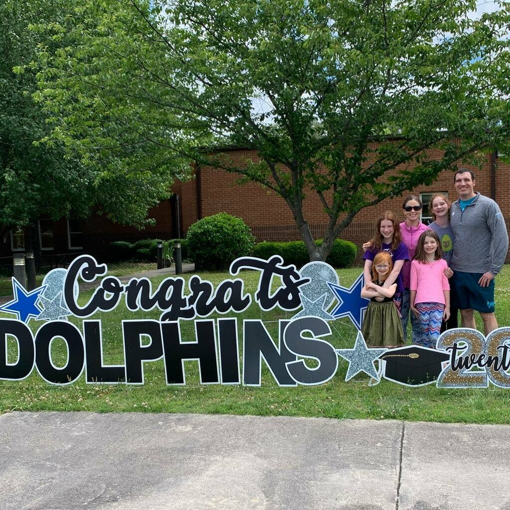 It's the end of the school year. 9.5 weeks of distance learning done. The school had a drive to through celebration and a distant sign up for pictures. #mommyandmemonday #mommyandme #partyofsix #partyof6 #familypicture #endofschool #endofkindergarten #endof5thgrade #lastdayo…pic.twitter.com/fJDK4d7By7