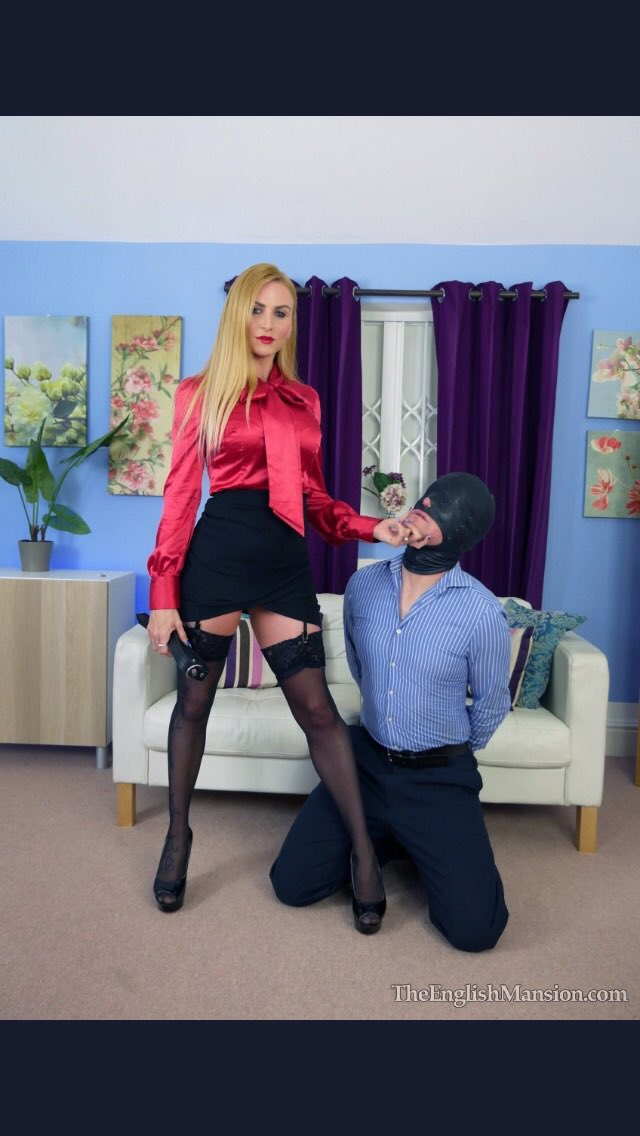 Here are the next photos of the #wonderful @MissSuzannaMax  1 - left 2 - right  Reply by Sunday May 31 6.00pm, and vote for your favourite.pic.twitter.com/Dpr7pJrSZU
