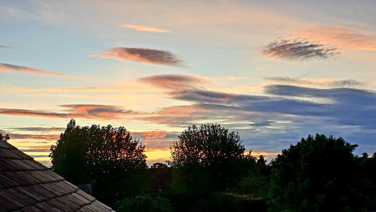 Tonight's sky was just glorious. #ManchesterWeather #stormhour https://t.co/1mvxMYxXt0