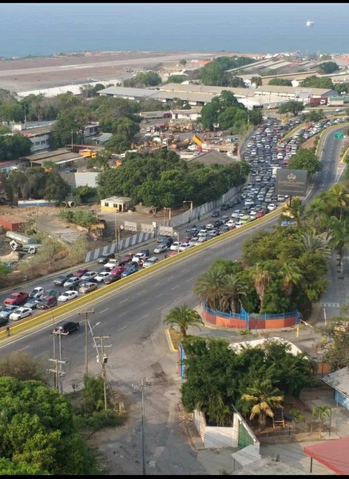 #Reporte a esta hora así está la entrada hacia Catia la Mar estado Guaira.  Sentido este oeste todos los conductores haciendo cola para surtir gasolina.  La tranca comienza desde el puente Del Trébol.  #ahora #25mayo #laguaira #cola #gasolina #tranca pic.twitter.com/mJeXaAfkJa