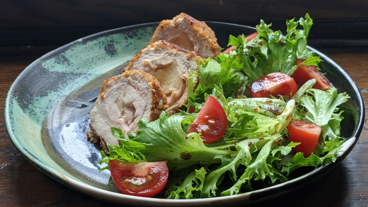 Kick off your week with a delicious meal that's sure to become a family favourite! @UrbaineCdnAdj shares her Turkey Cordon Bleu recipe here: https://t.co/oOgRNt8xZW #ThinkTurkey https://t.co/nVkB0CxkHS
