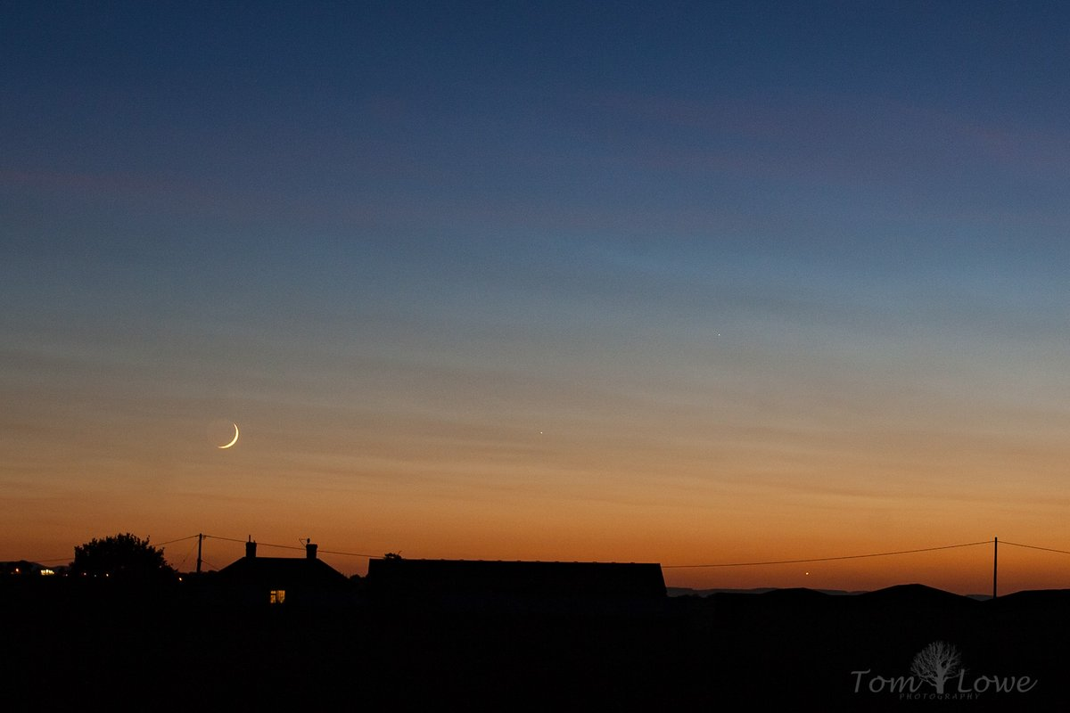 One more from last night: waxing crescent Moon, Mercury and Venus over our neighbour's farm. I love that orange to blue gradient  #stormhour #astrophotography pic.twitter.com/zkemzTIpSC