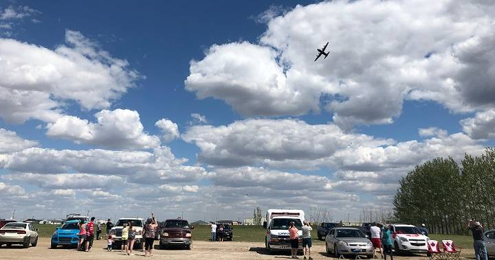 Moose Jaw, Sask., welcomes back Canadian Forces Snowbirds team following fatal crash in Kamloops dlvr.it/RXLHHy
