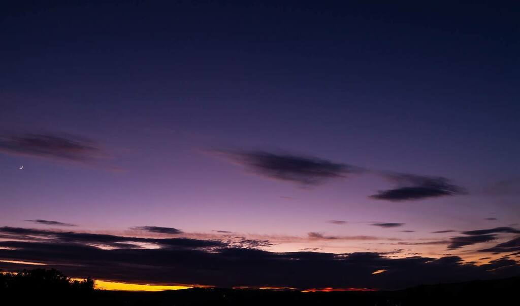 The thin crescent Moon after sunset  #landscapephotography #sheffieldphotography  #sheffphotos #5dmarkiipic.twitter.com/zGYhiiQSyv