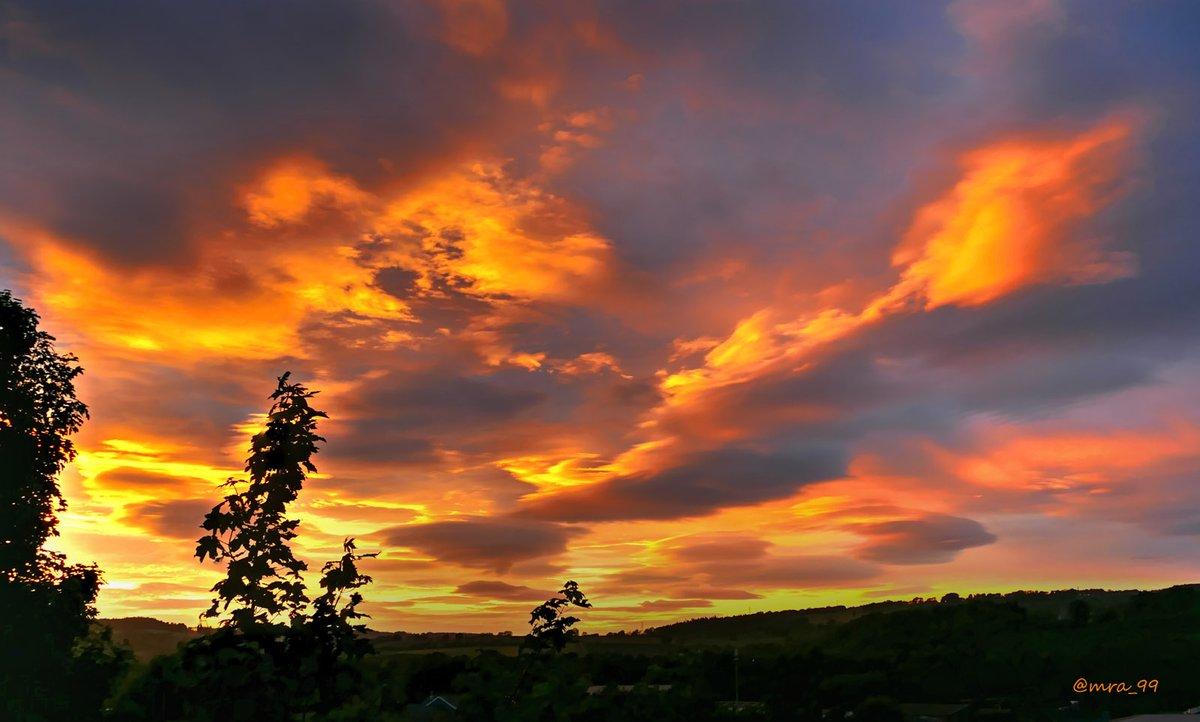 Dramatic sunset skies over #Hexham #Northumberland tonight! #StormHour pic.twitter.com/vP1Kdm9iG6