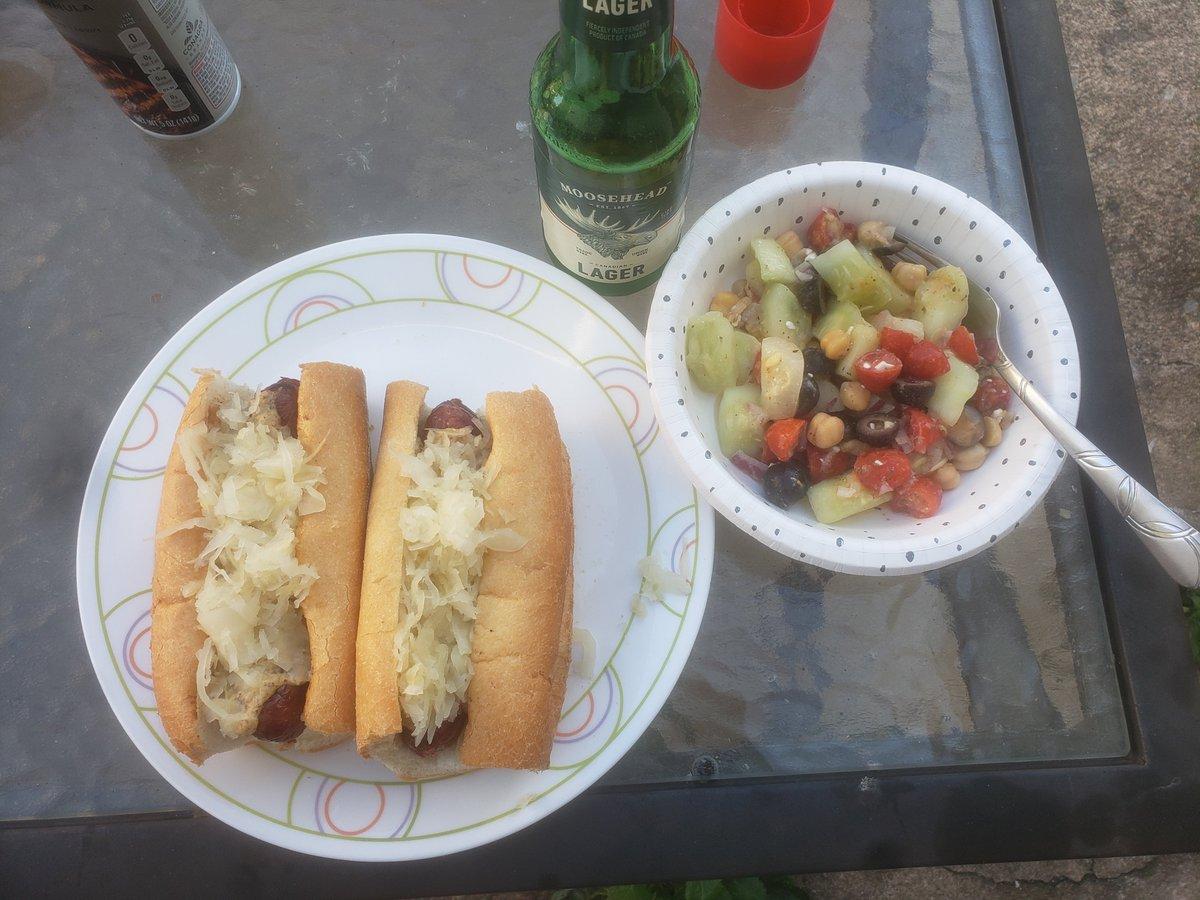 Easy #MemorialDay #dinner Beer, Brats, salad. pic.twitter.com/qw0mOnOHqV