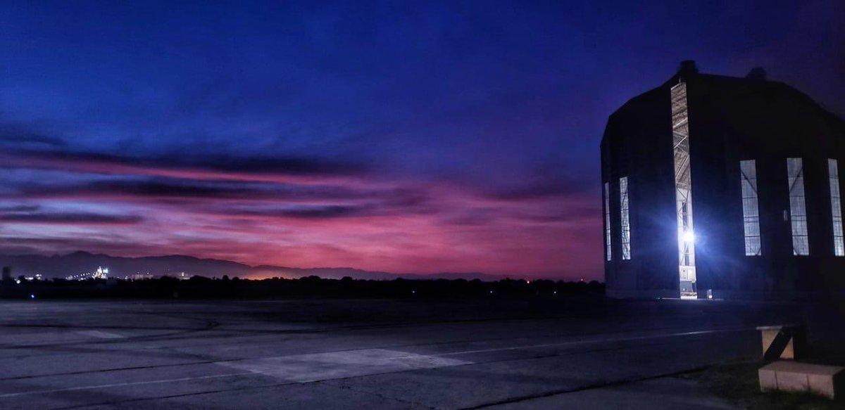 Hangar do Zeppelin na Base Aérea de Santa Cruz - ALA 12, ao anoitecer.   📸 Cap Amaral  #FAB #Dimensão22 #Ala12