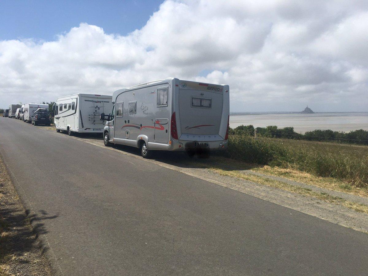 #Ascension2020. Le Grouin du sud, Vains, près d'Avranches. Panorama exceptionnel avec la vue sur le #MontSaintMichel et l'île de Tombelaine. Étonnamment beaucoup de camping-cars a priori venant de départements (43, 54, 56, 59, 76, ...) au delà des 100km ... #COVID__19 #campingcarpic.twitter.com/vdiimZQQNK
