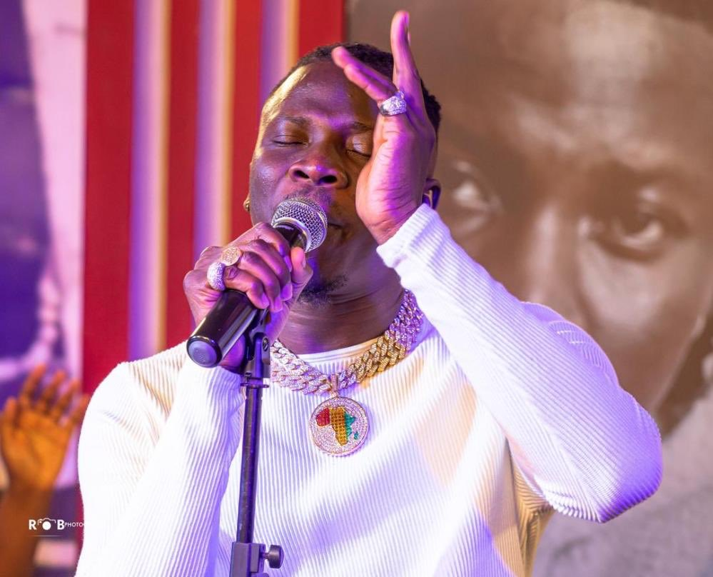 .@Stonebwoyb keeps hope alive with performance at #AfricaDayBenefitConcert — WATCH -  https:// beeniewords.com/stonebwoy-keep s-hope-alive-with-performance-at-africa-day-benefit-concert-at-home-watch/  …  via @BeenieWords #BeenieWords<br>http://pic.twitter.com/HihAoLJhpD