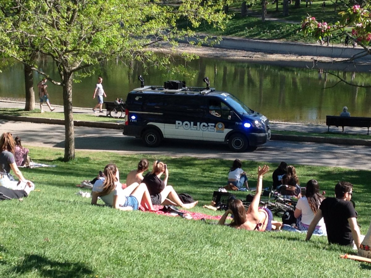Police warn about social distancing with mounted loudspeakers, in Parc Lafontaine... #Montreal #photography  #SocialDistancingpic.twitter.com/afjMHEVl3G