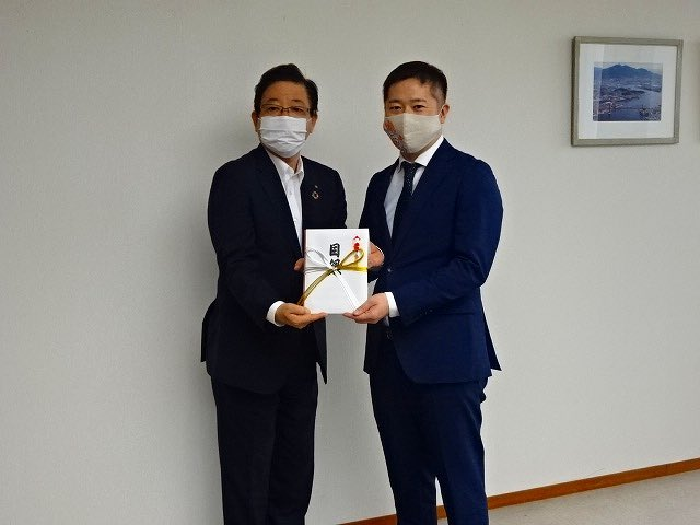日本競輪選手会福岡支部北九州事務所所属選手一同を代表し、5月25日、八谷副支部長が市役所に。医療機関等で活用してほしいと、マスク5,000枚、消毒液100本を寄贈されました。ありがとうございます。 https://t.co/6SUFcYJ7bp