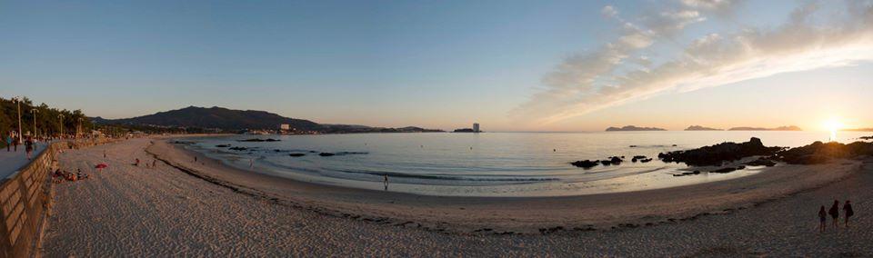 Pasear por la orilla del mar al atardecer, con puestas de sol como ésta, en la Playa de Samil: uno de los placeres que te esperan en Vigo.  #VolvamosConSentidiño @turisriasbaixas @Turgalicia