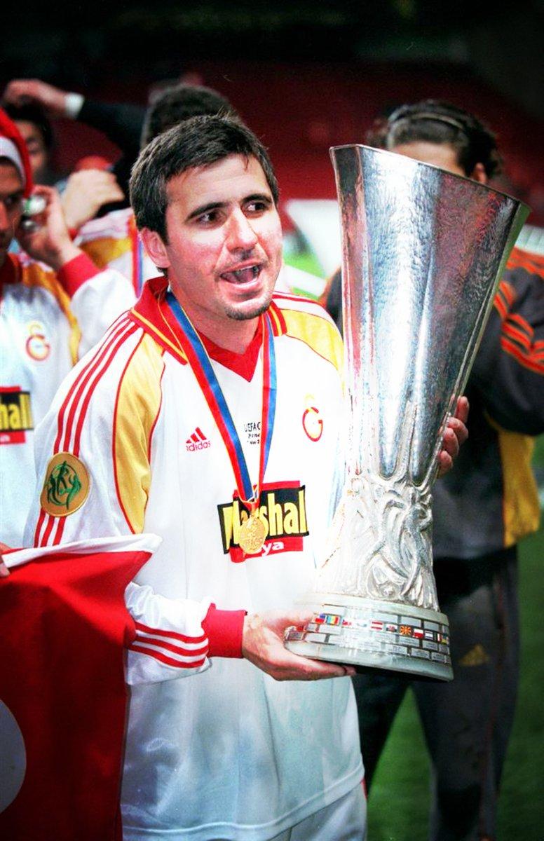 TARİHTE BUGÜN | Galatasaray efsanesi Gheorghe Hagi, 19 yıl önce bugün, ardında sayısız gol ve kupa, unutulmaz yüzlerce anı bırakarak futbolculuk kariyerini Galatasaray'da noktaladı. #GStb 🔙  Seni asla unutmayacağız Profesör Hagi! @GalatasaraySK https://t.co/NCb7aBEUVF